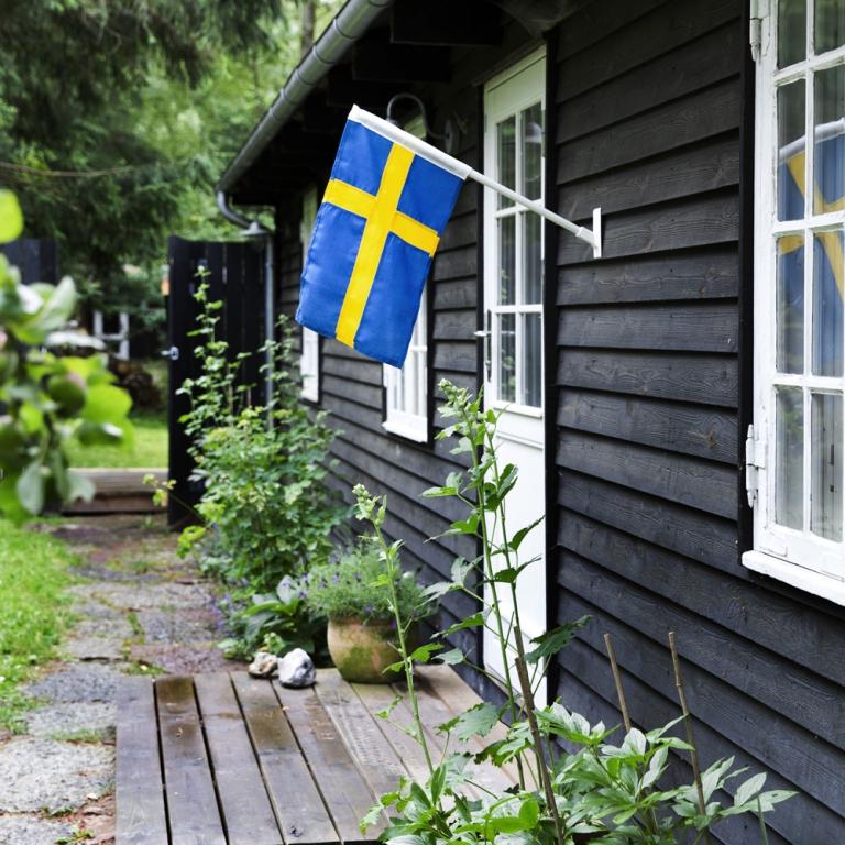 0ef724fe Fasadeflaggstang med svensk flagg - Balkong/fasadeflagg - Langkilde & Søn
