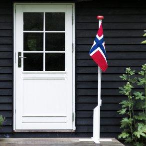Liten flaggstang med norsk flagg